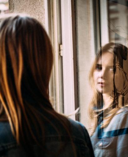 Photo d'Elisa Sommet : reflet sur la vitre